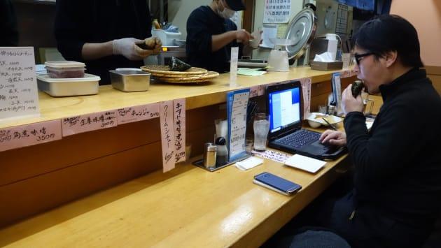 すすきのおにぎりの名店。たらこバター醤油握りで原稿を推敲。