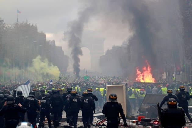シャンゼリゼ通りに集うデモ隊