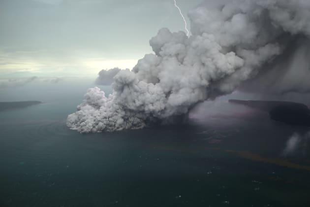 12月23日のアナク・クラカタウ島(撮影:Antara Foto)