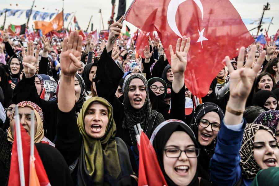 Seguidoras de Erdogan asisten a un discurso del presidente turco, el 17 de junio de 2018 en Yenikapi, Estambul