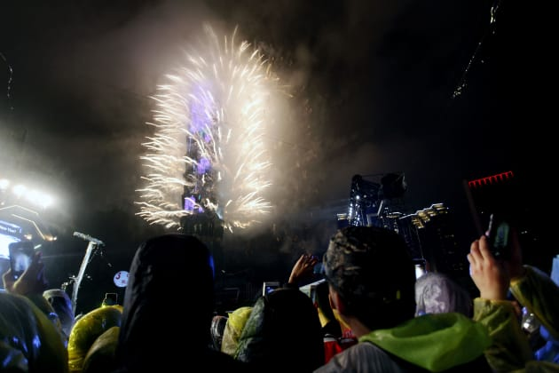 台北101の周りを明るく照らす豪華な花火