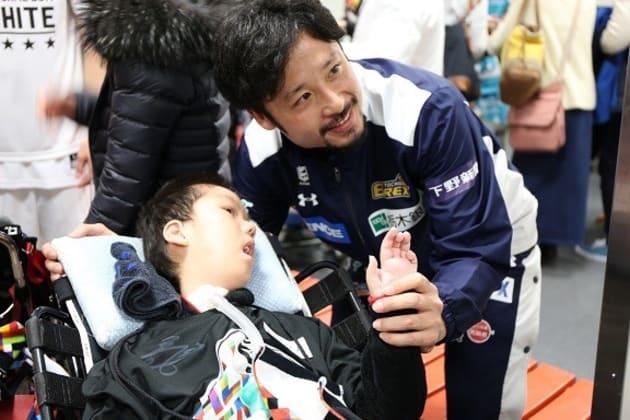 B.LEAGUE ALL-STAR GAME 2017 に招待された子どもと話す田臥選手