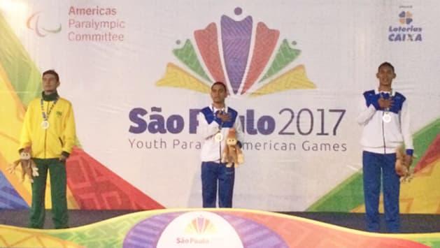 写真中央:David Enrique Pleitezさん 陸上・T37クラス(立位走行可)。2017年汎米青年パラリンピック・サンパウロ大会において、100m走・400m走・1500m走の全て金メダルを獲得