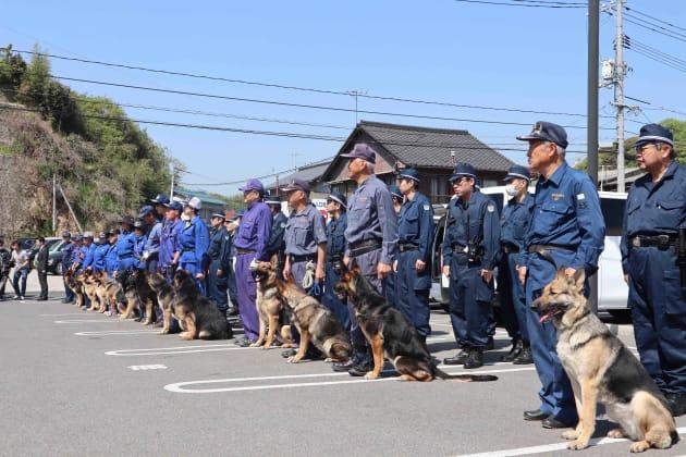 逃走した平尾龍磨受刑者の捜索にあたる広島、愛媛両県警の警察犬。両県警合わせて16頭の警察犬による捜索を行った=21日、広島県尾道市の向島