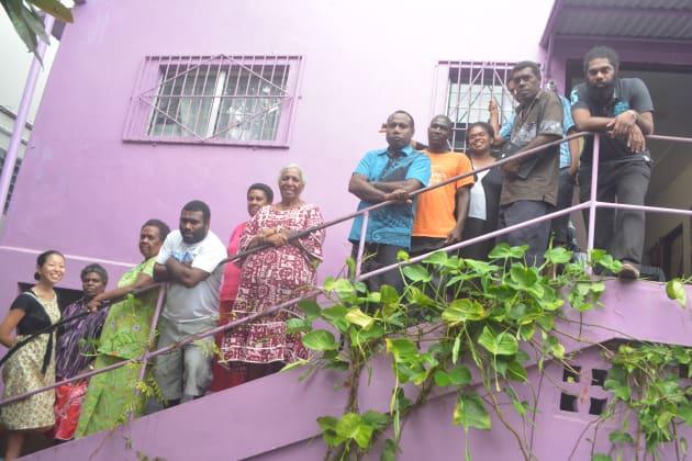 配属先NGOとクリニックの同僚たちとの集合写真