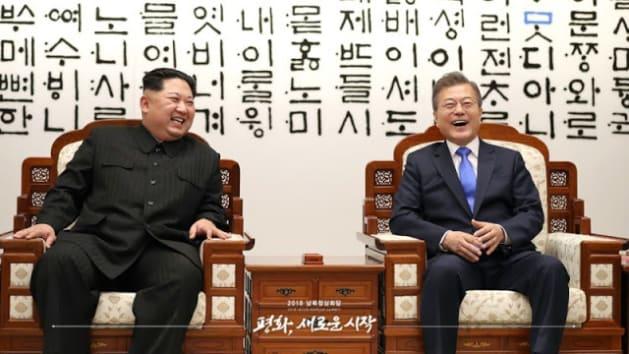 板門店会談で談笑する両首脳