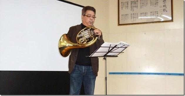 障がいを患った後、ホルンを奏でる大庭さん(提供)