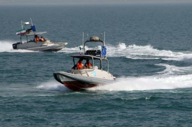 Guardianes de la Revolución de Irán, en lanchas motoras durante un acto en el puerto de Bandar Abbas, el 2 de julio de 2012