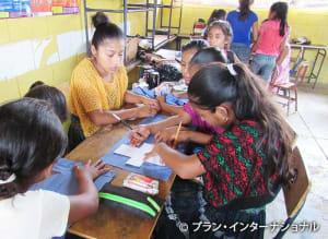 衛生キットの作成方法についてのトレーニングを受けている女の子たち