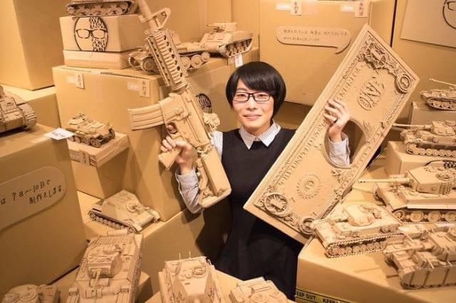 L'artista giapponese che trasforma semplici fogli di cartone in oggetti incredibilmente realistici