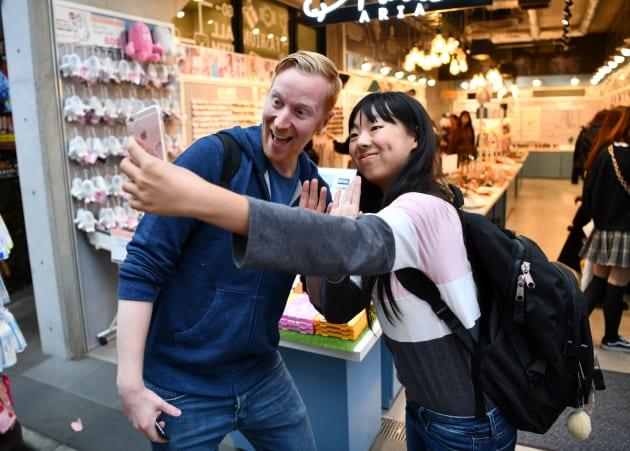 台湾からの旅行者(右)と記念撮影するヤバタン=東京・原宿