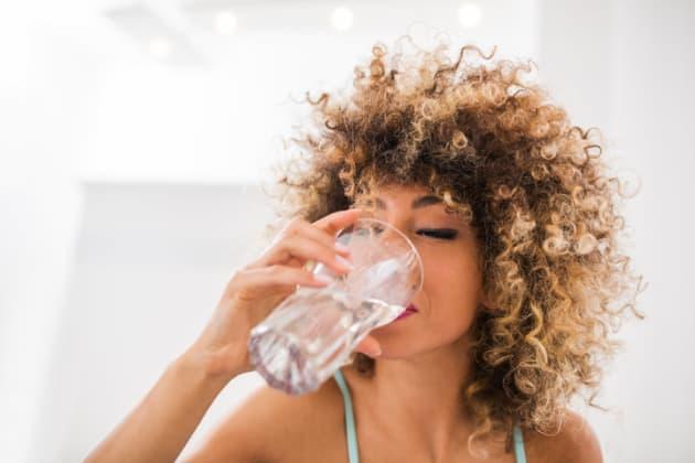 Los beneficios de tomar agua natural