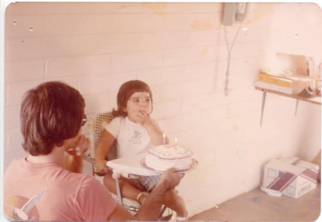 子供時代のジェン・カーソン。父親とともに。