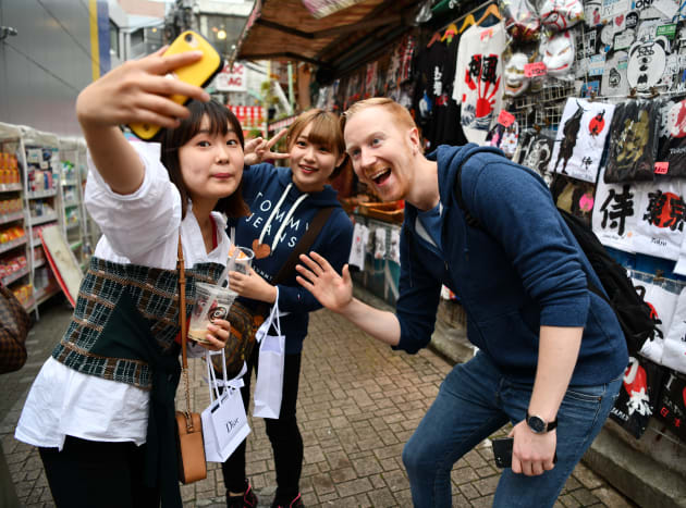 ヤバタンを見かけて記念撮影を求める女性ら=東京・原宿