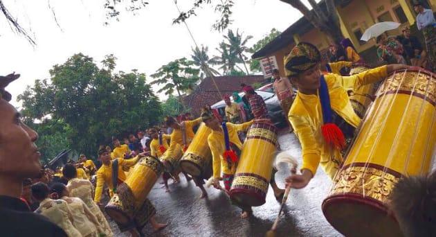 この楽団はgendang beleと呼ばれ、ロンボク伝統音楽を演奏する。高校にも必ずこの部活があります