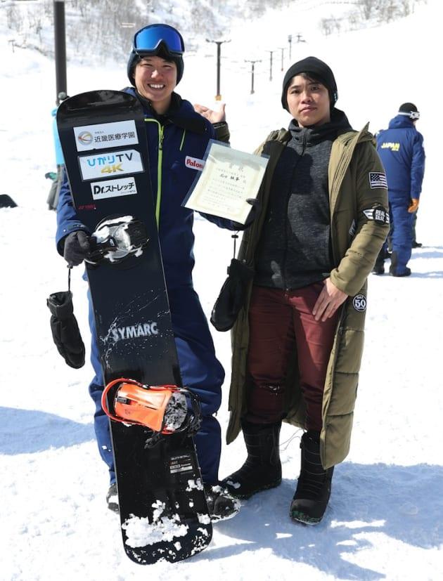 障がい者スノーボード大会後、笑顔で撮影に応じる成田緑夢さんと童夢さん=2018年2月18日、長野県小谷村