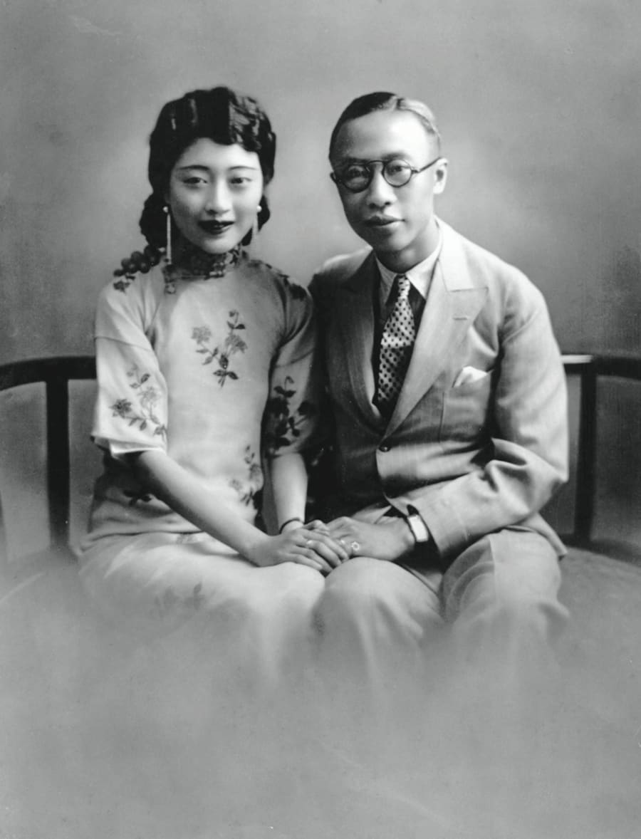 正妻の婉容(えんよう、写真左)と手を取り合う溥儀