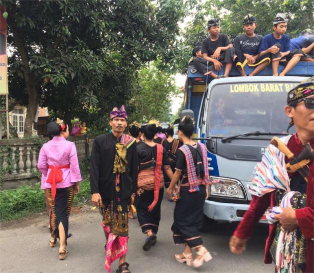 結婚行列「ニョンコラン」のため、新婦の家の付近まで移動。トラックの荷台に少年たちが乗っています