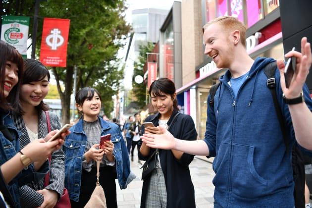 路上で出会った旅行者らと話すヤバタン=東京・表参道
