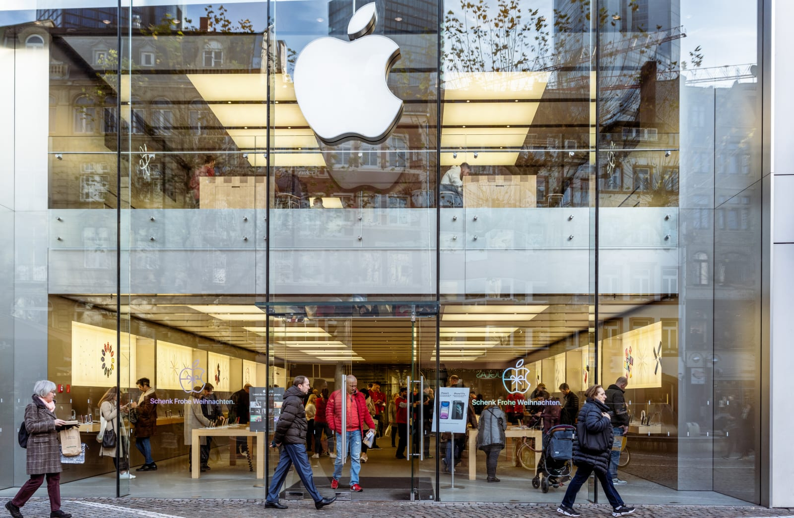 Bloomberg: Apple will start making a smaller, cheaper iPhone in February