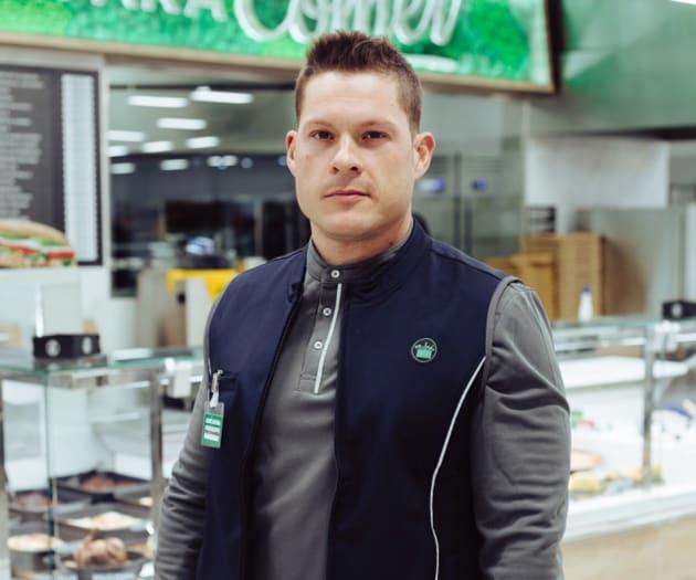 Nuevo uniforme de los empleados de mantenimiento de la cadena de supermercados