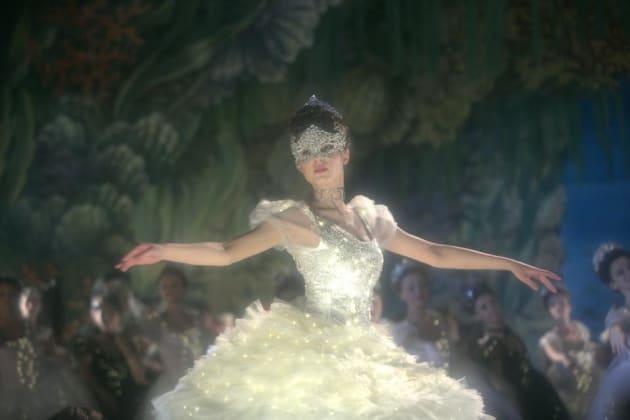 劇中、バレエダンスを披露するミハリナ・オルシャンスカ
