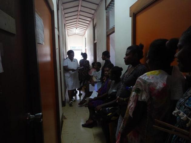 待合室には椅子があるものの、診療室は職員宿舎を再利用しているので通路がとても狭い。妊婦さん達は立って待ってもらうことも多くて、人が行き来するのも窮屈です。