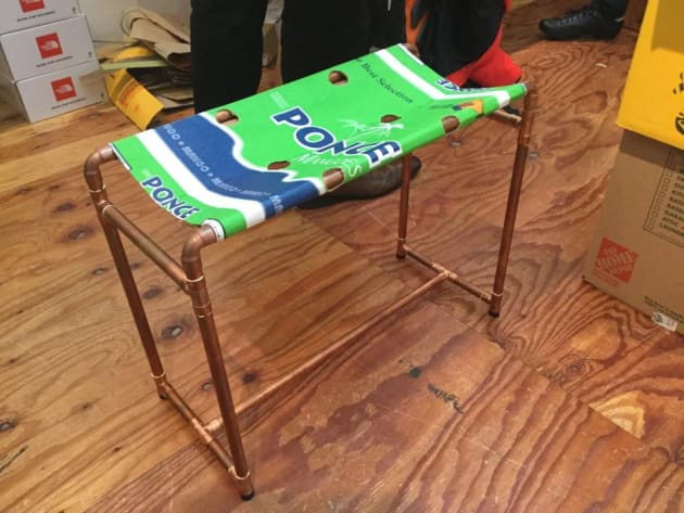 取材中、筆者が座っていた椅子も段ボール製だった。