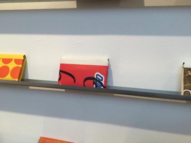 和歌山の有田みかんの段ボールから作られた財布。サインペンの手書き部分がポイントで、段ボールの生きた証だという。