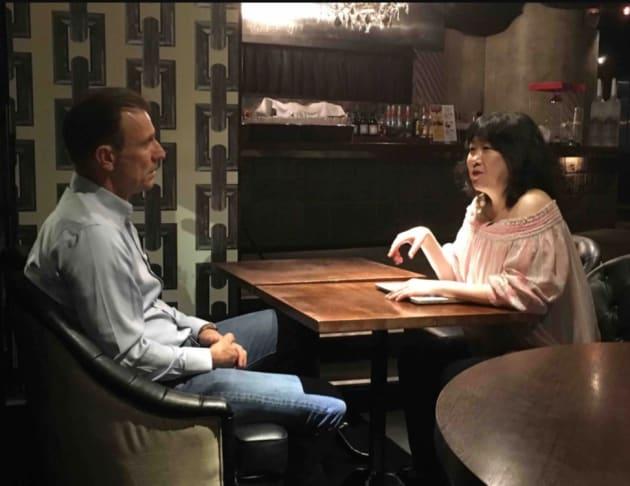 BBC記者の取材を受ける津田環さん(右)