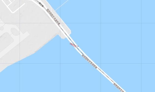 関西空港と陸を結ぶ連絡橋に衝突したとみられるタンカー(赤い船のマーク)=「マリントラフィック」より
