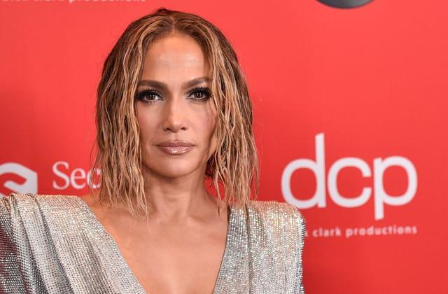 Jennifer Lopez bares her curves in daring swimsuit selfie