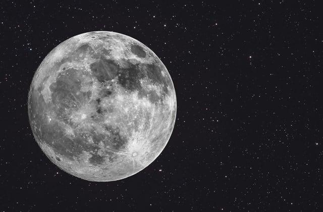 Billionaire seeks 'crew' for moon trip