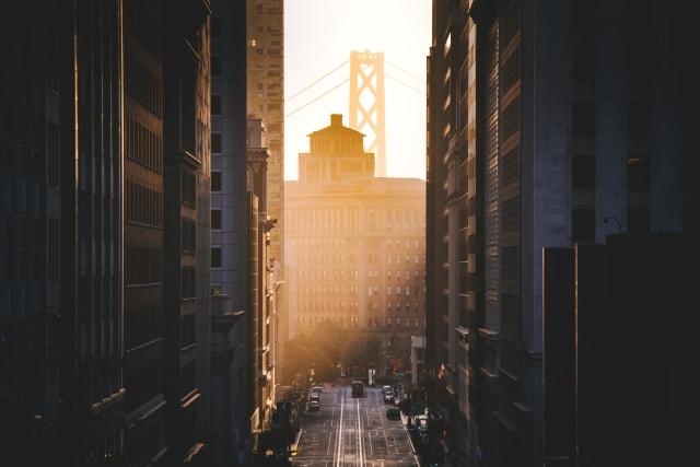 Vue classique de la rue historique de Californie avec le célèbre Oakland Bay Bridge illuminé dans la première lumière du matin d'or au lever du soleil en été, San Francisco, Californie, USA