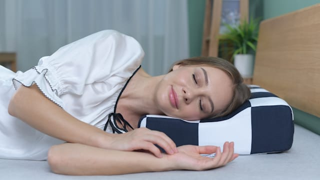 The pillow conforms to the natural shape of your neck for a snug fit.