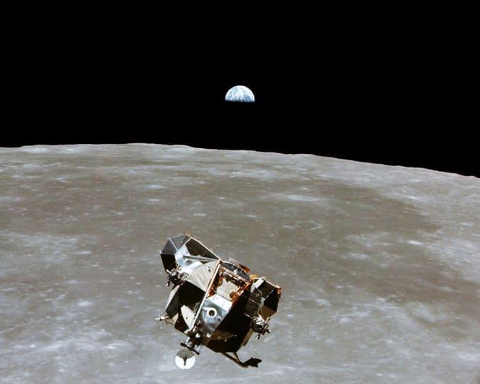 O estágio de ascensão do Módulo Lunar Apollo 11, com os astronautas Neil A. Armstrong e Edwin E. Aldrin Jr. a bordo, é fotografado a partir dos Módulos de Comando e Serviço em órbita lunar nesta foto de arquivo de julho de 1969.  O astronauta Michael Collins, piloto do módulo de comando, permaneceu com o Módulo de Comando / Serviço em órbita lunar enquanto Armstrong e Aldrin exploravam a lua.  O 30º aniversário da missão Apollo 11 é 16 de julho (lançamento) e 20 de julho (pouso na lua).  Michael Collins / NASA / Apostila via REUTERS ATENÇÃO EDITORES - ESTA IMAGEM FOI FORNECIDA POR UM TERCEIRO.  APENAS PARA USO EDITORIAL