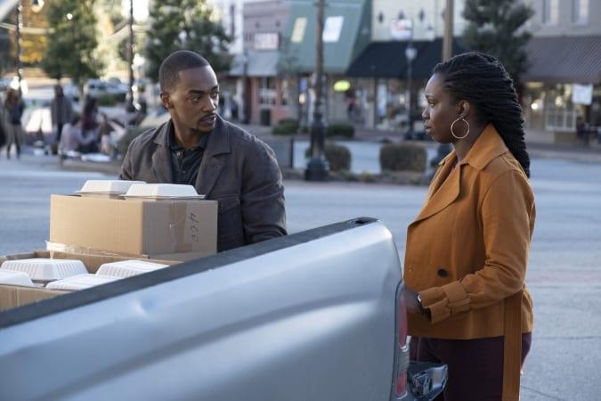 Sam Wilson et sa sœur Sarah déchargent des cartons d'un camion.