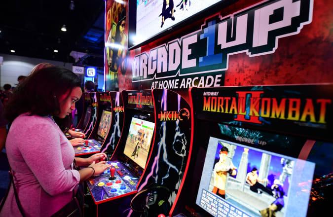 Una mujer juega 'Mortal Kombat 2' en una consola de los años 80 de Arcade 1Up en la Electronic Entertainment Expo de 2019, también conocida como E3, que se inaugurará en Los Ángeles, California el 11 de junio de 2019. - Los fanáticos de los juegos y los desarrolladores se reúnen, conectando a miles de personas. más brillante, mejor y más innovador en la industria del entretenimiento interactivo y una oportunidad para que muchos vean nuevos juegos. (Foto de Frederic J. BROWN / AFP) (El crédito de la foto debe leer FREDERIC J. BROWN / AFP a través de Getty Images)