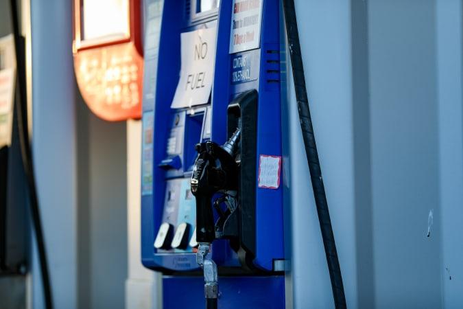 WASHINGTON, EE. UU. - 12 de mayo: las bombas de gasolina se apagaron después de que un ataque de ransomware cibernético provocara el cierre del Oleoducto Colonial, lo que provocó escasez en Washington, DC, EE. UU. El 12 de mayo de 2021 (Foto de Yassin Ozturk / Agencia Anadolu a través de Getty Images) )