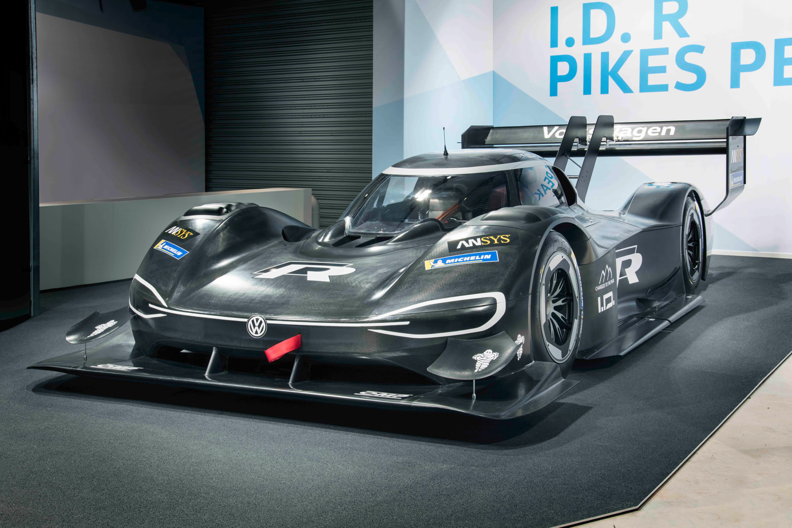 vw 39 s electric pikes peak racer accelerates faster than an f1 car. Black Bedroom Furniture Sets. Home Design Ideas