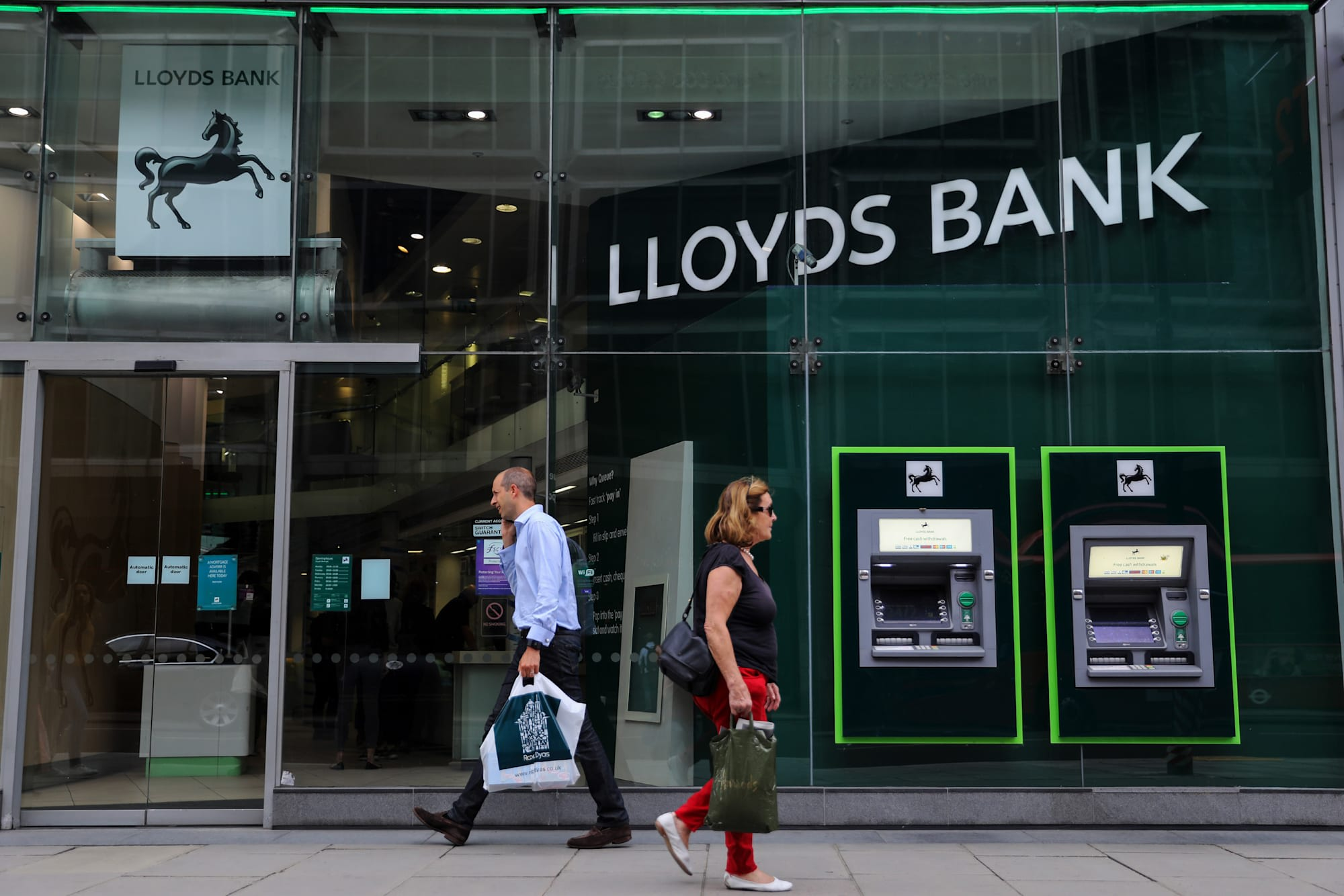 Uk banks ban bitcoin purchases with credit cards bloomberg via getty images colourmoves