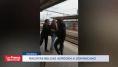 Varios racistas belgas rodean a un hispano y lo tiran a la vía del