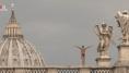 In bilico sul Ponte degli Angeli per tuffarsi nel Tevere: questo spot vi lascerà senza