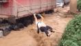 Ces pompiers chinois ont une méthode bien à eux pour sortir les camionneurs coincés par les