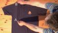 El truco perfecto para doblar una camiseta en dos