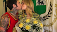 Fedez non rinuncia alla canotta neanche per giurare amore eterno alla