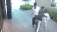 VÍDEO: Un hombre trata de arrebatar a una niña de la mano de su madre en plena