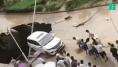 Ces Chinois ont uni leurs efforts pour sauver cette voiture d'un trou gigantesque en pleine