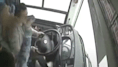 Lite e pugni tra passeggera e autista. Il bus finisce nel fiume: 13