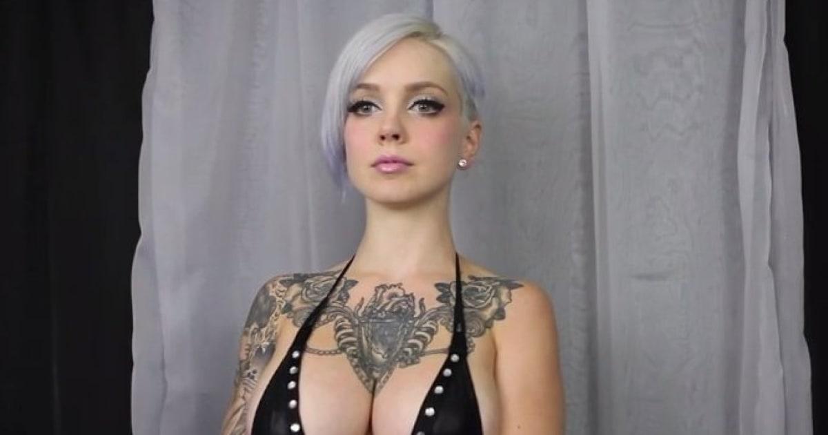 Tattoo-Model bewegt ihre Brüste im Takt zu Mozart